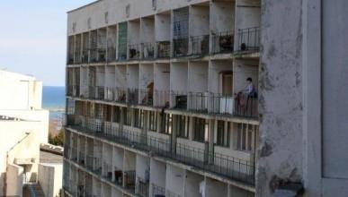 С четвёртого этажа общежития №3 СевГУ выпал студент вместе с балконной решёткой