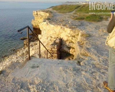 Департамент городского хозяйства Севастополя начал подготовку к пляжному сезону с закрытия проходов к морю (фото)