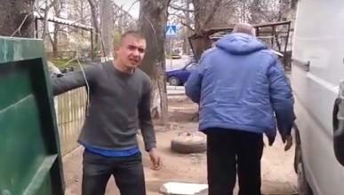 Чтобы выбросить строительный мусор в контейнер для бытовых отходов, севастопольский водитель был готов давить пешеходов