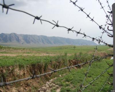 На границе с Крымом облагают данью и закидывают гранатами (скриншот)