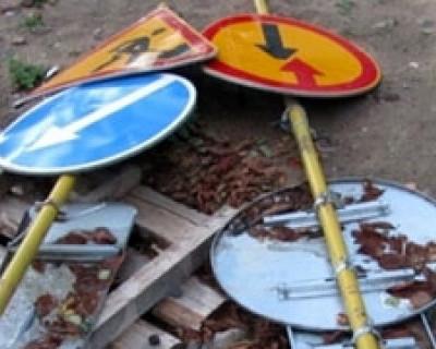 Крымчанин поругался с подругой и выместил зло на дорожных знаках