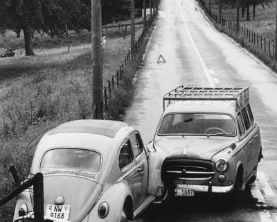В районе «Ялтинского кольца» автомобили «Chery» и «Kia» соревновались с отбойником в крепости металла (фото)