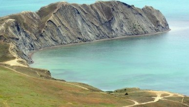 В Крыму кусок берега обвалился и ушёл в море (видео)