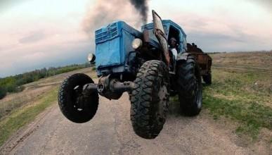 В Севастополе во время движения экскаватор развалился на части (фото)