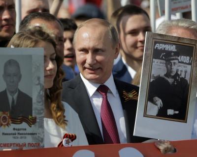 Путин с портретом отца-фронтовика в колонне «Бессмертного полка» (видео)