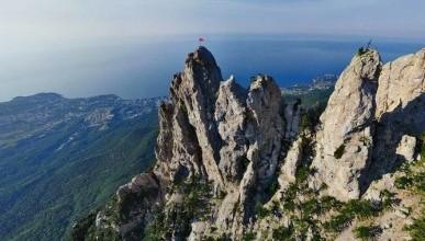 Успели поймать на лету - в Крыму турист сорвался с горы