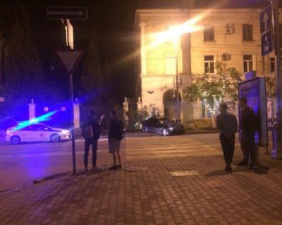 Ночью в центре Севастополя «Mercedes» вылетел с дороги и сбил дерево (фото)