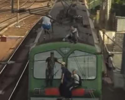 Севастопольские подростки оседлали электричку: ещё минута и был бы фарш (видео)