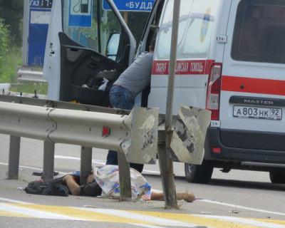 В Севастополе мотоциклист сбил пешехода, тело обмотало вокруг отбойника (фото 21+)