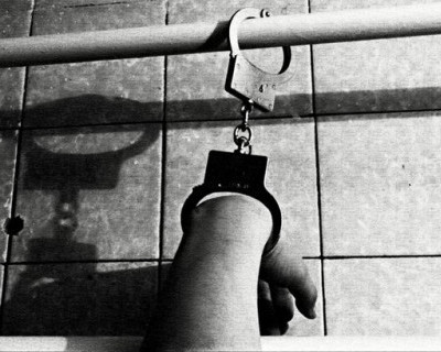 В Севастополе людей держали взаперти и приковывали наручниками к батарее
