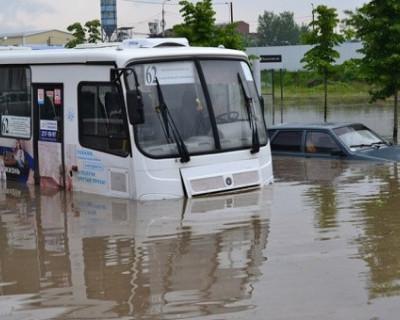 В Краснодаре потоп: магазины, парковки и машины уходят под воду (фото)