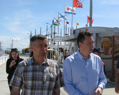 Чиновники Севастополя «продефилировали» по пляжу и «бросились» в море - подальше от журналистов (фото)