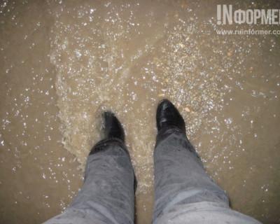 Жильцы одного севастопольского дома во время дождя мечтают о резиновых сапогах и лодке