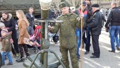 На главной площади Севастополя вооружённые люди и танки