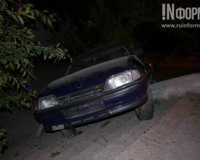ДТП в Севастополе: авто застряло в лестнице, а водитель родился в рубашке (фото)
