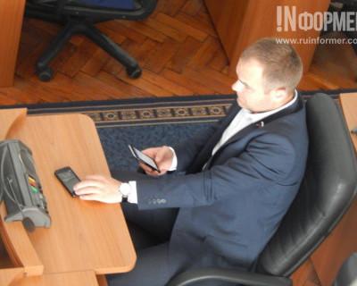 Депутаты и чиновники Севастополя не выпускали из рук дорогостоящие гаджеты и осуждали коррупцию (фото, видео)
