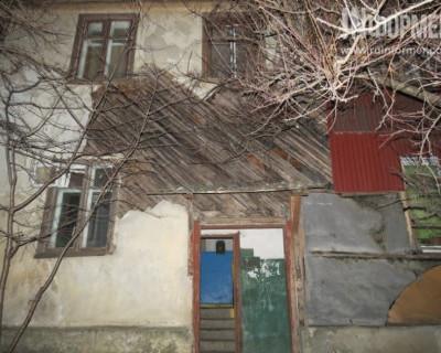 Этот дом не разваливается, лишь благодаря обилию гвоздей