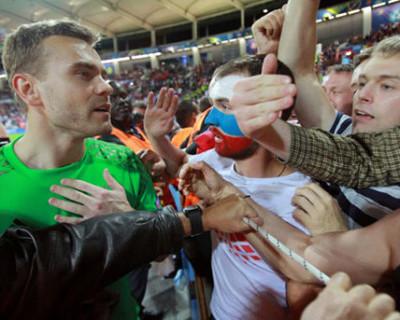 Кто из футболистов подошёл к болельщикам и проявил уважение?