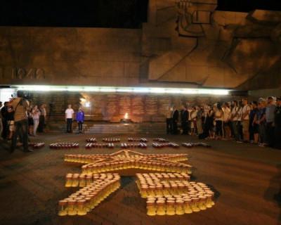 Этой ночью севастопольцы пускали кораблики и зажигали свечи (фото)