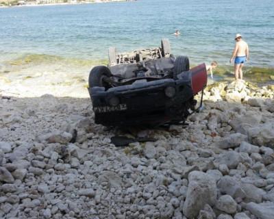 В Севастополе автомобиль загорал на берегу моря кверху «пузом» (фото)