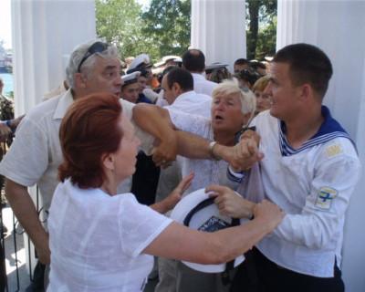 После штурма Графской пристани известных севастопольцев «раскидало» по разную сторону баррикад (фото, видео)