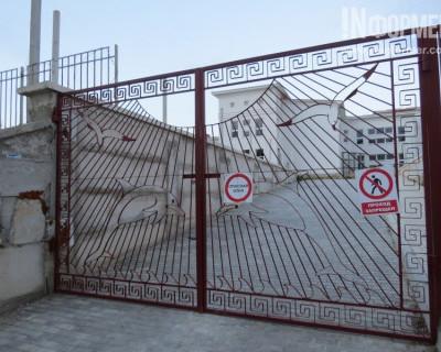 Повторный выезд «ИНФОРМЕРа» в детский сад в бухте Казачья показал: ворота на замке, квартирантов нет (фото)