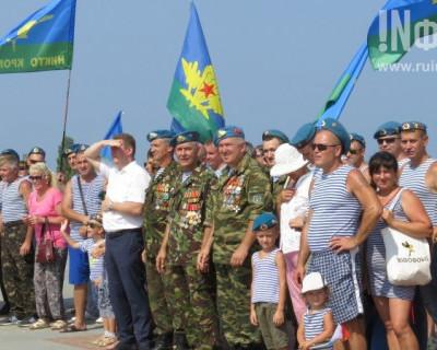 Бутылки об голову не били, в фонтаны не ныряли: Севастополь отмечает День ВДВ!