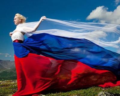 Каждый второй россиянин готов использовать российский флаг в повседневной жизни