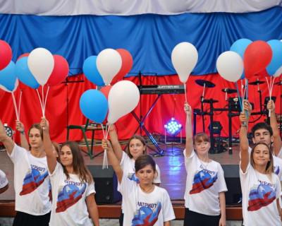 В Севастополе развернули российский триколор