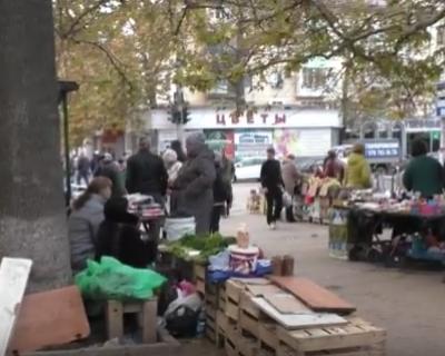 Севастопольцы вынуждены пробираться к своему дому через коробки и лотки