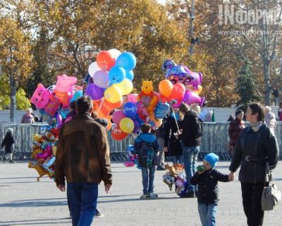Севастопольцы вышли на улицы на запах шариков и глиняных лошадок
