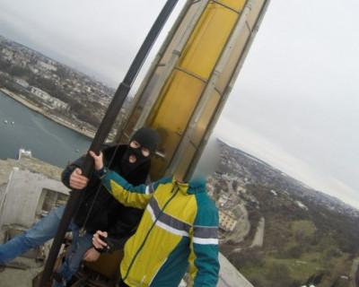 Севастопольские подростки с риском для жизни пробрались ближе к небу