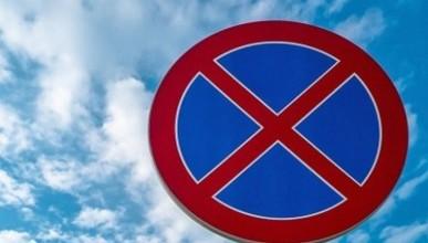 Город двойных стандартов: кому в Севастополе разрешено парковаться под запрещающими знаками?
