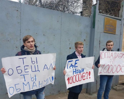 Московские школьники потребовали с Навального должок