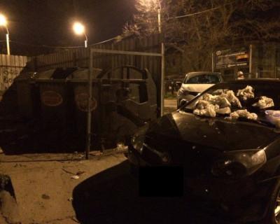 В Севастополе машину незадачливого автомобилиста закидали мусором