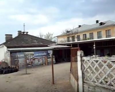 Почему на территории севастопольской школы открыли строительный магазин?