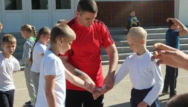 Президент и тренер провели урок самообороны в севастопольской гимназии
