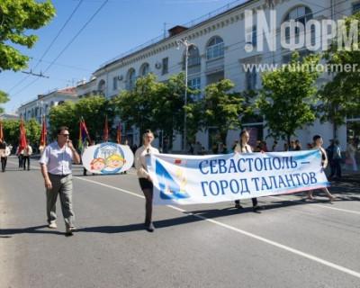 Юные севастопольцы напомнили горожанам о важности традиций