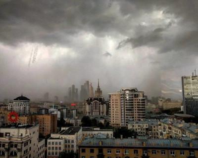 Москвичи делятся видеороликами урагана невиданной силы
