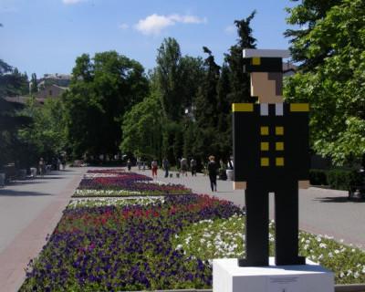 Карикатурный плевок в центре Севастополя: куда смотрят власти?