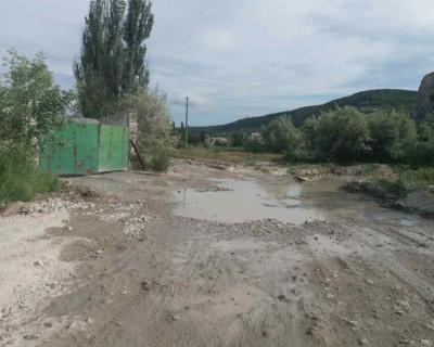 В этой части Севастополя хронически грязная дорога и мусор?