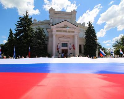 В День России в Севастополе раскрыли масштабный флаг, а также провели благотворительный аукцион