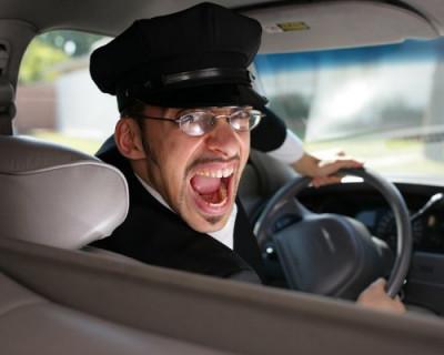 Севастопольские водители маршруток с риском для жизни пассажиров «заигрывают» друг с другом