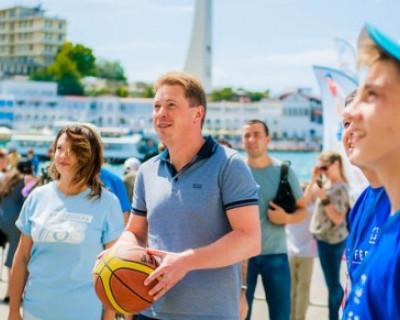 Врио губернатора Севастополя целился мячом и попал