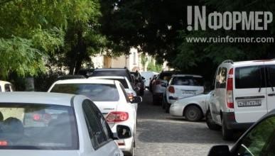 Из-за перекрытия парковки в Артбухте дворы и улицы старого центра Севастополя забиты автомобилями