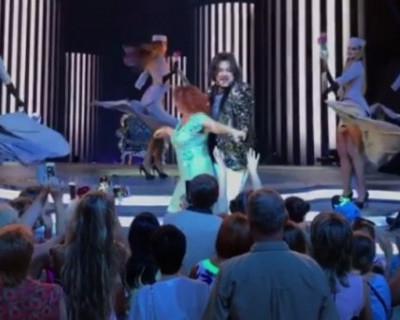 Такое может повториться в Севастополе! Знойная фанатка исполнила развратный танец на концерте Киркорова