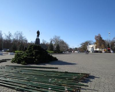 В Севастополе начался монтаж главной Новогодней ёлки города. (фото)