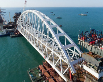 Строители Крымского моста ждут погоды с моря (ВИДЕО)