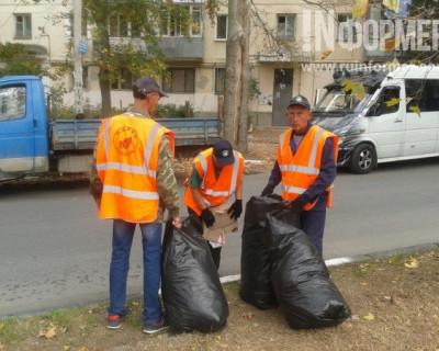 Люди в оранжевых жилетках взялись за Севастополь и носились по району с чёрными мешками