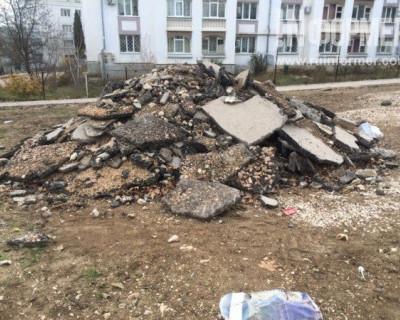 Близится Новый год, а севастопольские рабочие с августа мурыжат ремонт дворов (ФОТО, ВИДЕО)
